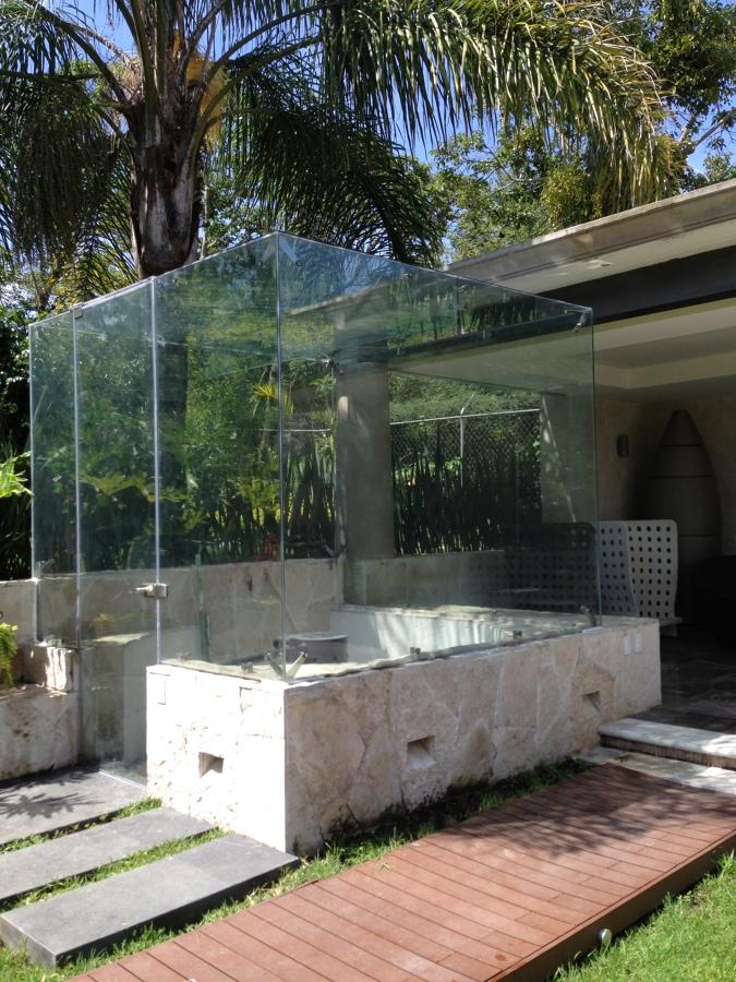 Cubo de cristal para acceso a cava