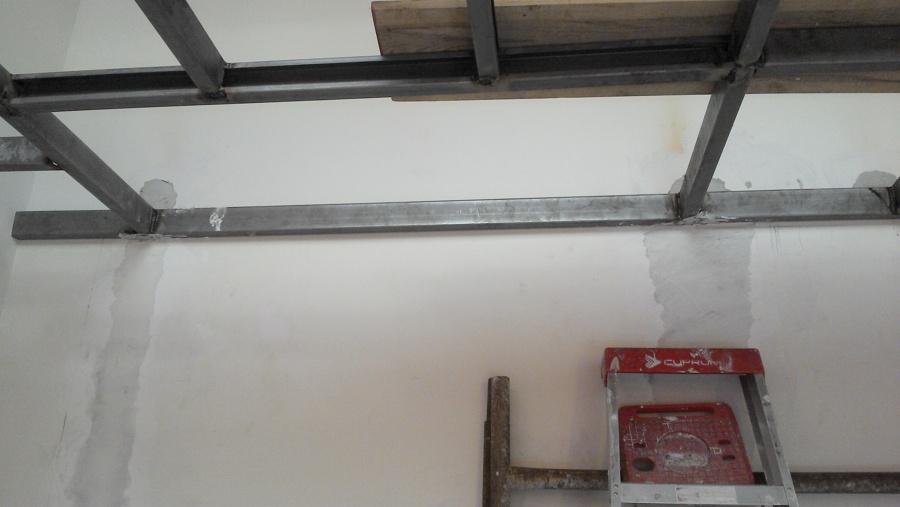 Cubo de escalera en estructura de tapanco.