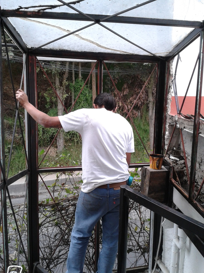 Cubo de herrera forrado con vidrio templado.
