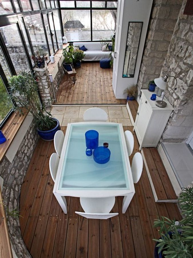 terraza cubierta con piso de madera