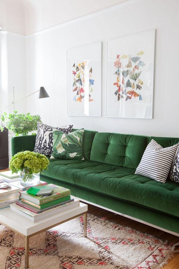 Sala con sofá verde y tapete