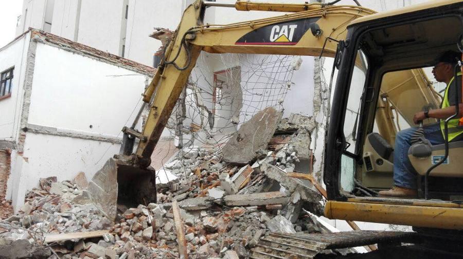 Demolición con maquinaria pesada