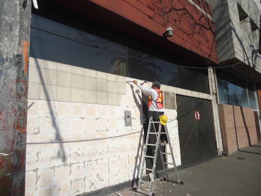 Demolición de azulejo antiguo sobre fachada principal.