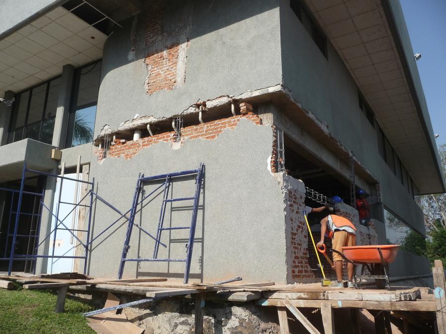 Demolición de muro para colocar cadena de concreto armado