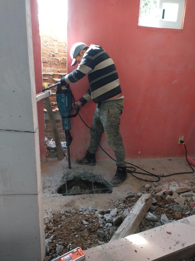 Demolición de piso existente para construir zapatas laterales