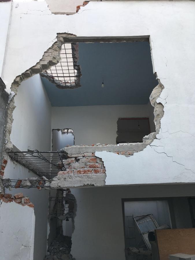 Demolición manual de estructura ligada a otra
