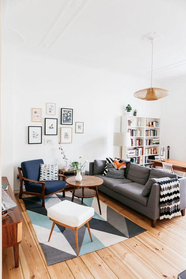 Sala decorada con colores neutros y piso de madera