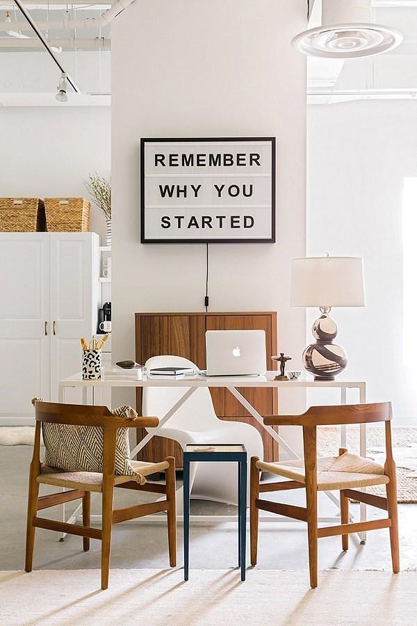 Oficina moderna con mensaje inspirador