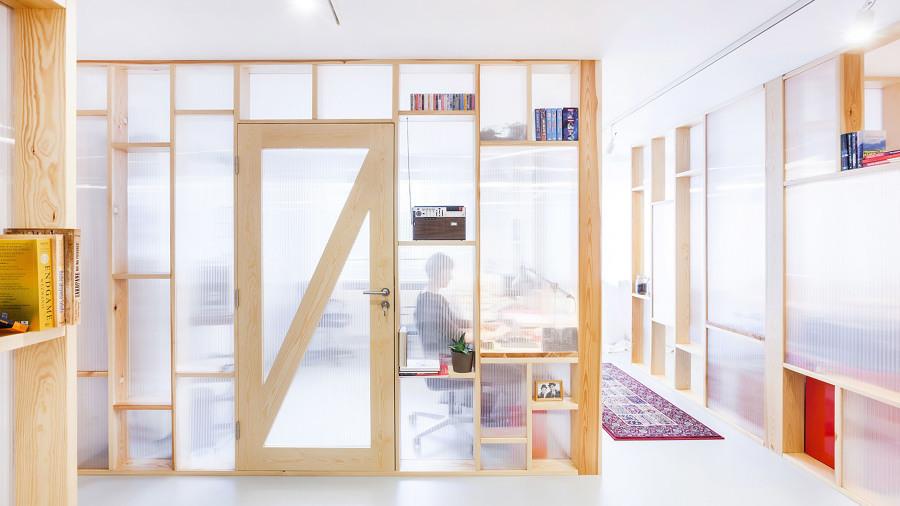 Puerta de madera y policarbonato