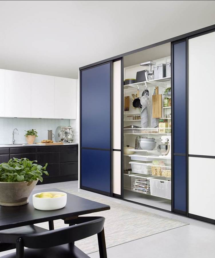 Alacena con puertas corredizas en la cocina
