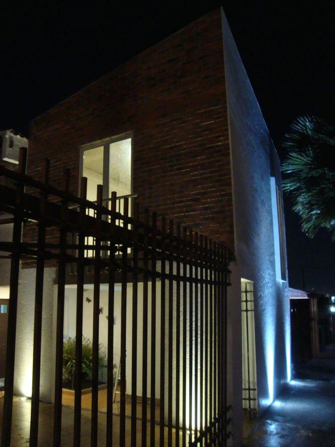 Detalle de fachada de noche