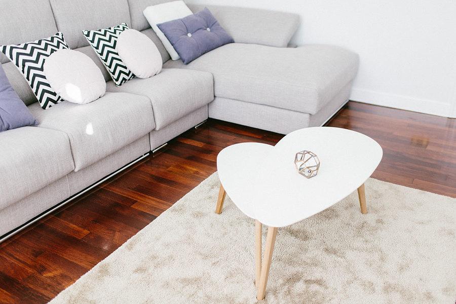 Mesa con forma de corazón en la sala