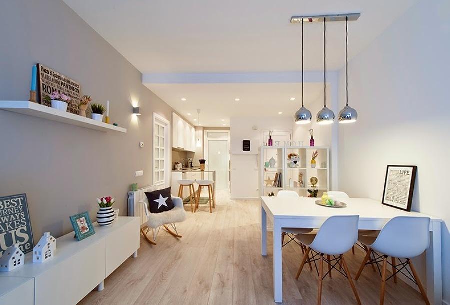Sala blanca con decoración low cost