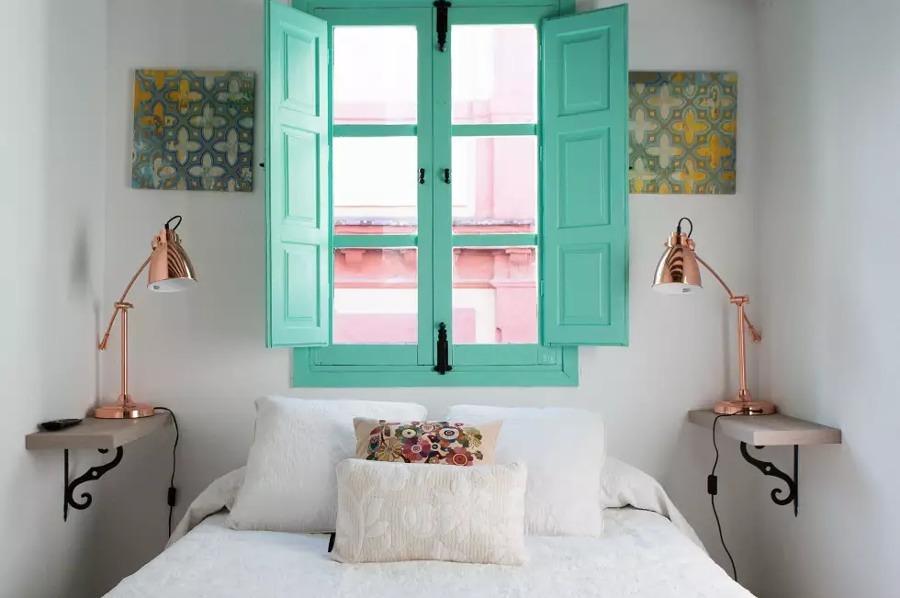 Recámara con ventanas pintadas de color aqua