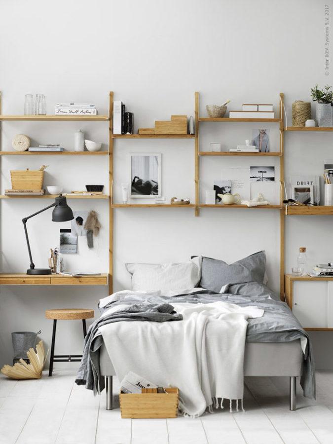 Cuarto con repisas de madera en la pared