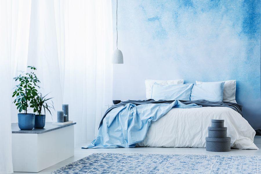 Dormitorio con pared en azul