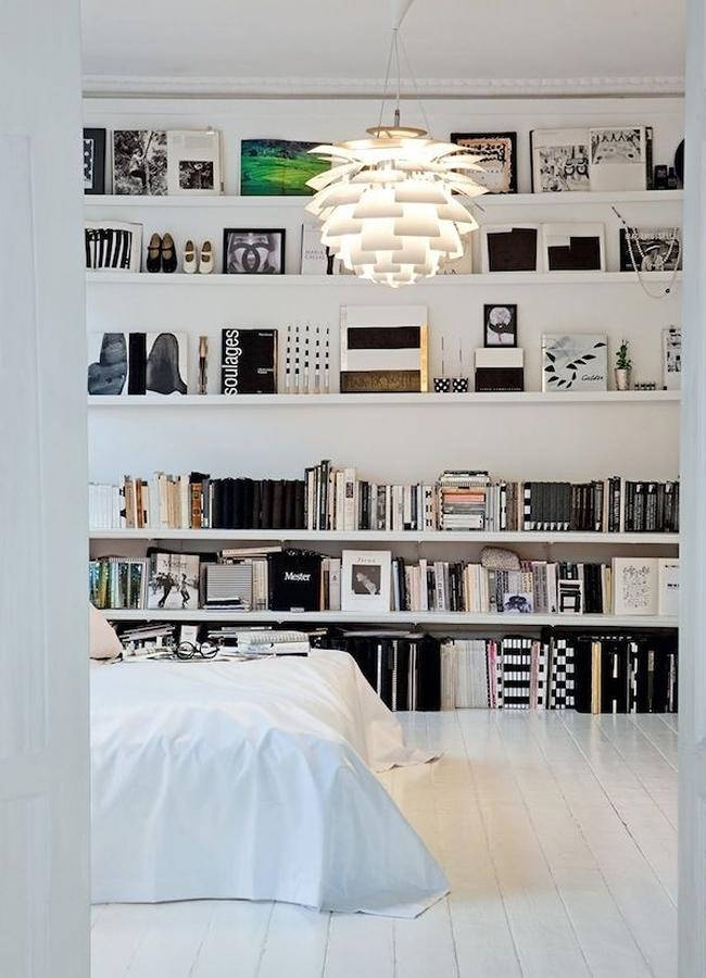 Recámara con repisas de tablaroca y libros en la pared