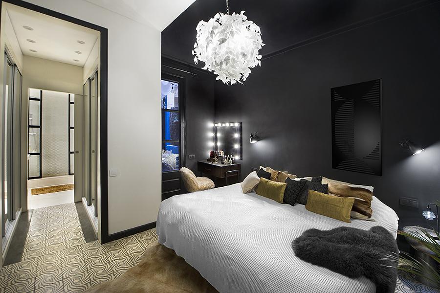 Dormitorio con pared negra y techos en blanco