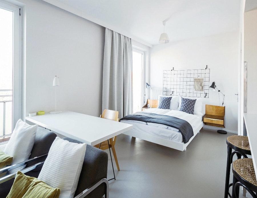 dormitorio con suelo de linóleo