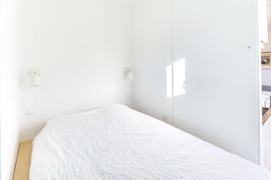 Recámara con paredes blancas