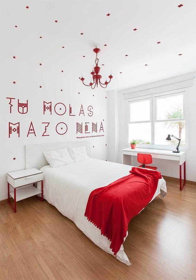 Recámara decorada en blanco y rojo con vinilos decorativos