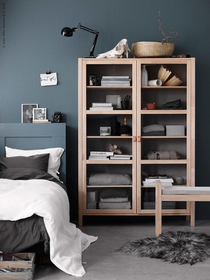 Recámara gris con mueble de madera