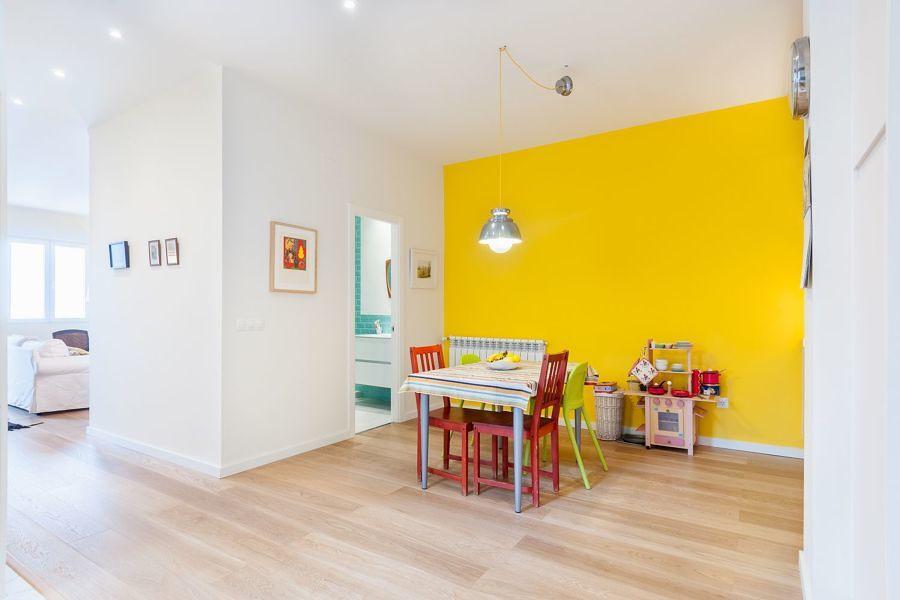 Recámara infantil con pared en amarillo