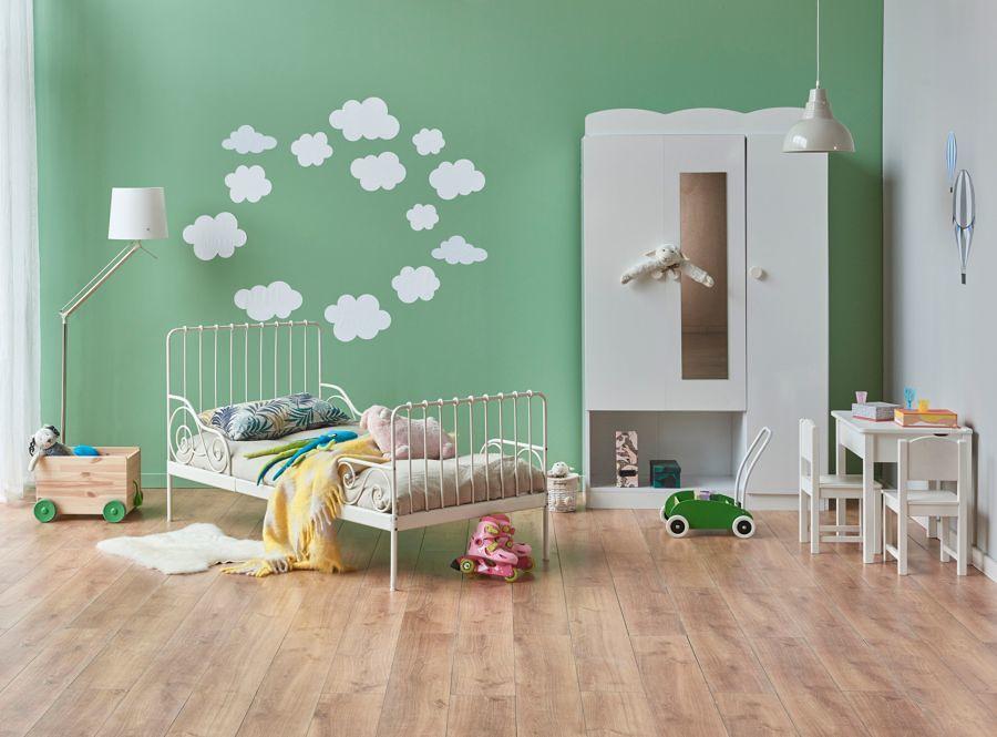 Dormitorio infantil con pared en verde
