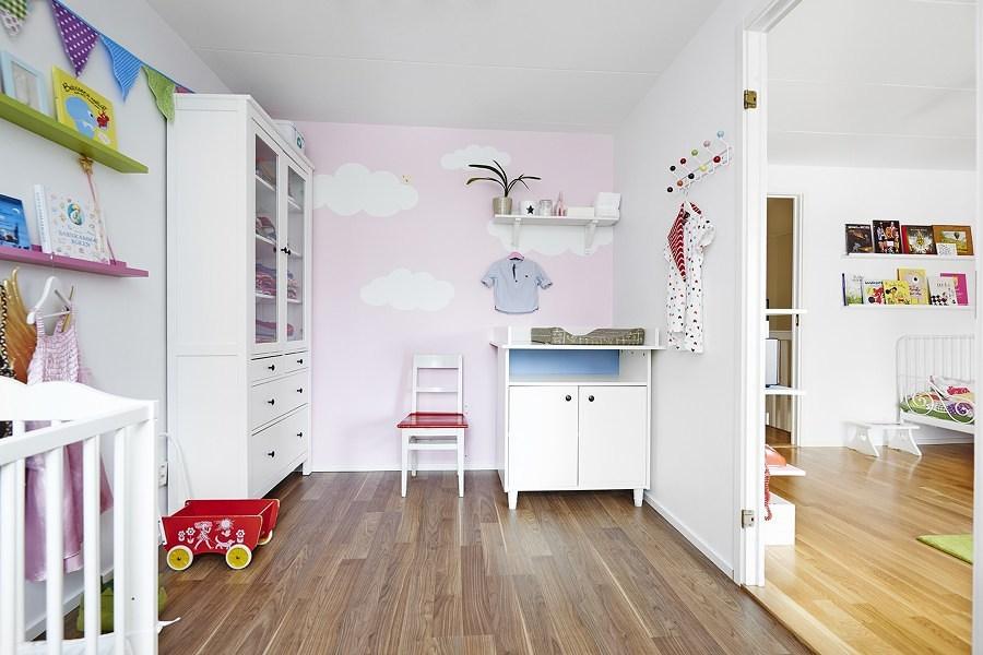 Recámara infantil con muebles fijados a la pared