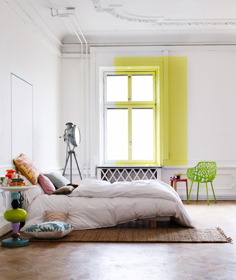 Recámara estilo minimalista con ventana pintada de amarillo