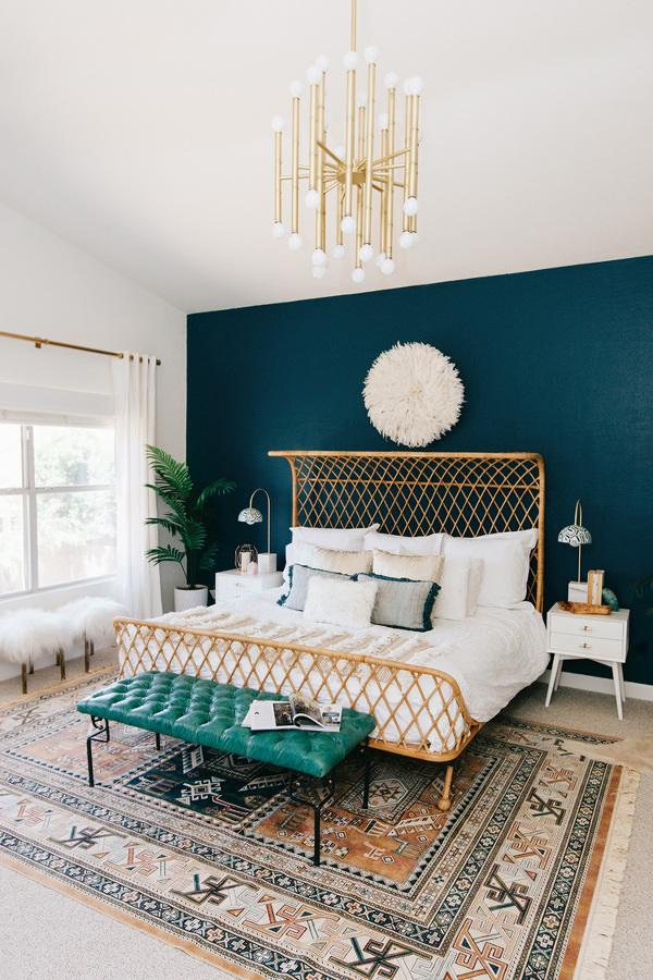 Recámara decorada con tonos verdes y alfombra grande