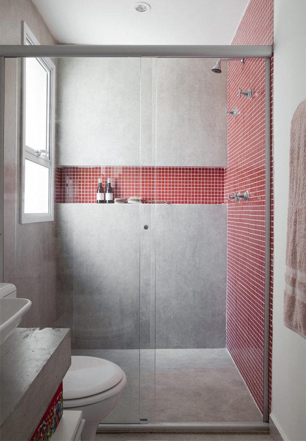 Regadera con azulejos rojos