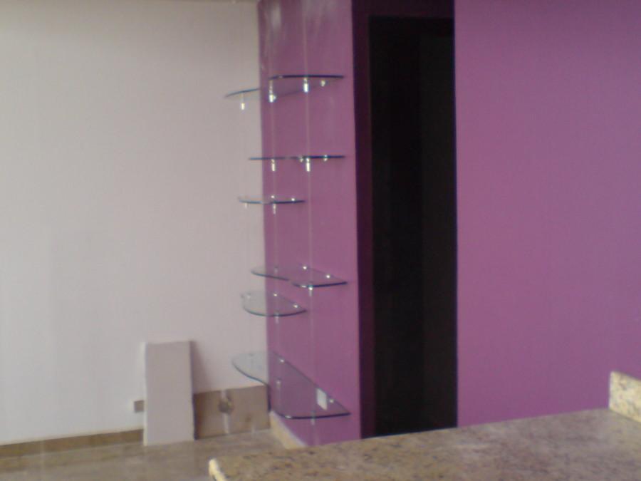 Entrepaños de vidrio con tensores de acero