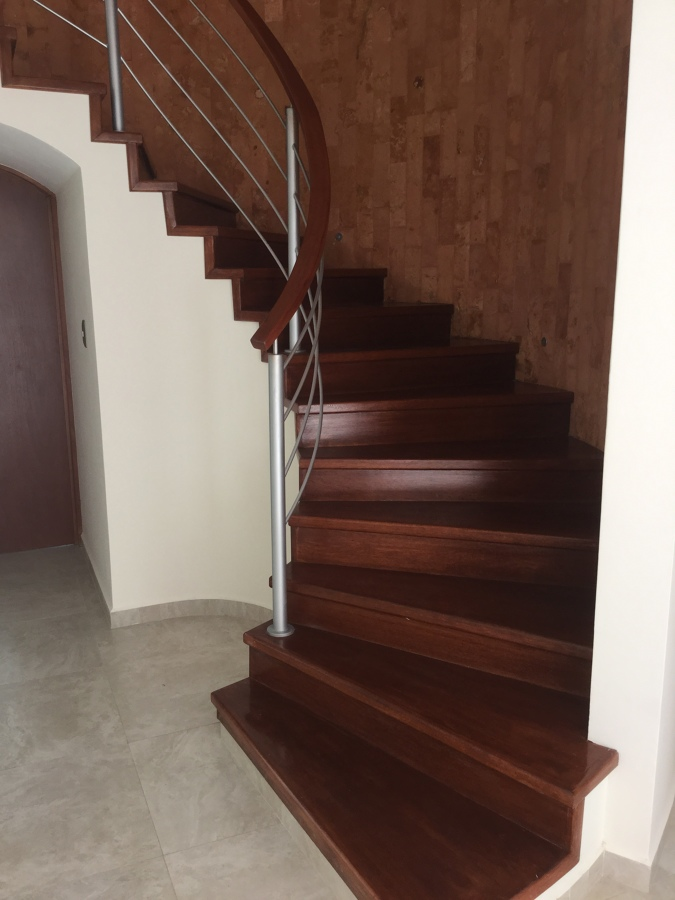 escalera circular de madera