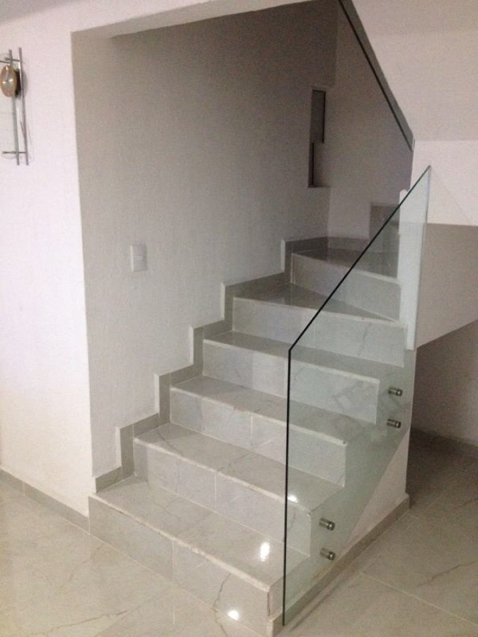 Foto escalera con barandal de cristal de construleon 147515 habitissimo - Escaleras con cristal ...