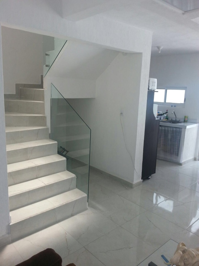 Foto escalera con barandal de cristal templado de - Escaleras de cristal templado ...