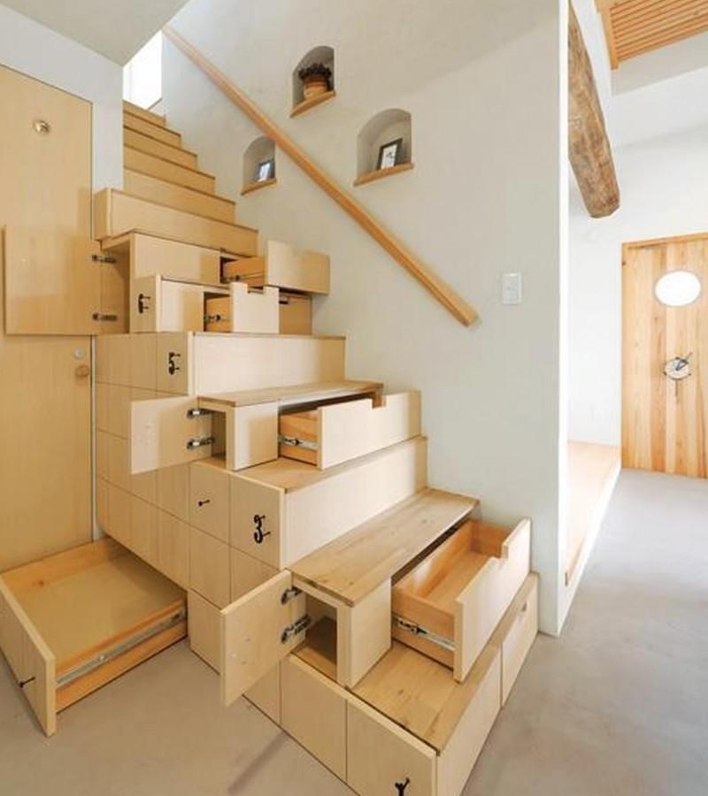 Escalera de madera con cajones extraíbles