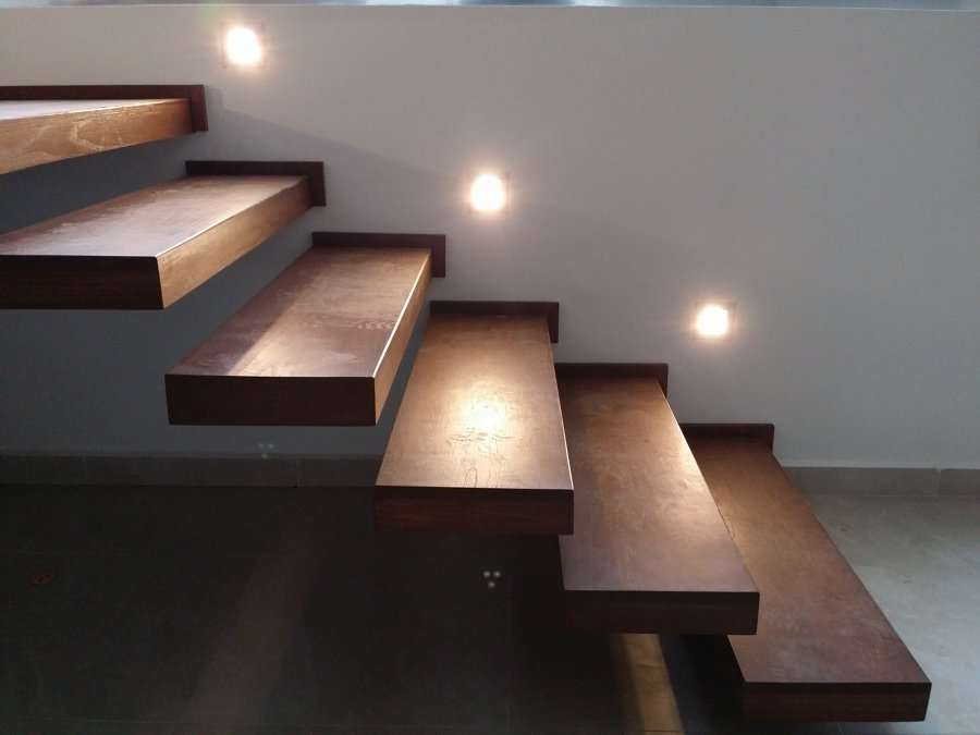 Foto escalera con iluminacion led y escalones de madera de encino de conlaf 186444 habitissimo - Iluminacion de escaleras ...