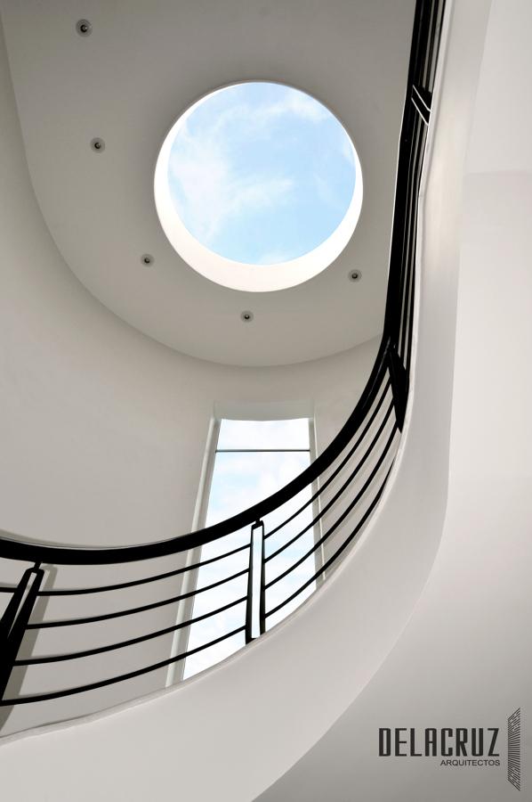 Foto escalera con luz natural de delacruz arquitectos for Escaleras con luz