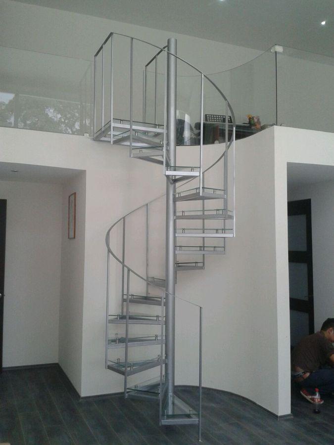 Foto escalera de herrer a con escalones de cristal for Puertas minimalistas de herreria fotos