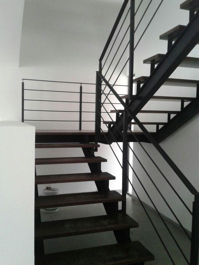 Foto escalera de herrer a y huellas de madera maciza de - Disenos de escaleras interiores fotos ...