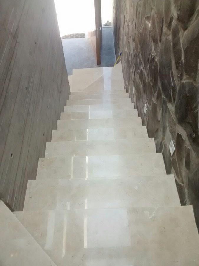 Escalera de Marmol Crema marfil y muro laja irregular oreja de elefante