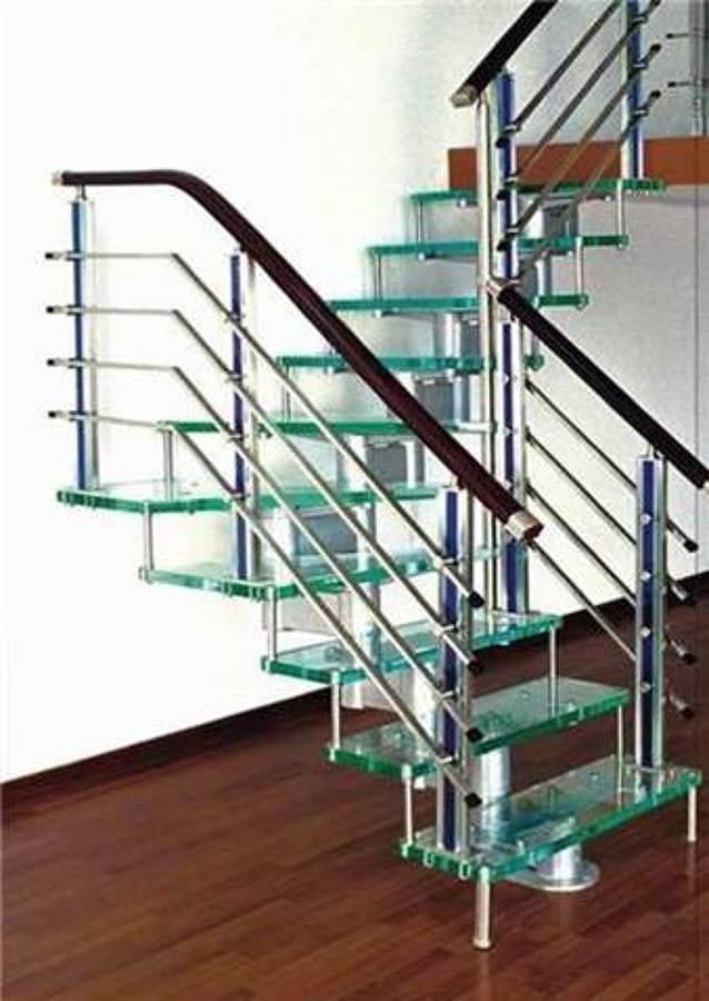 escalera en acero inoxidable con peldaos en cristal templado laminado y pasamano en madera