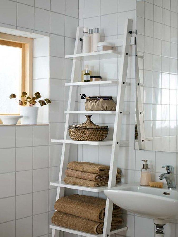 Escalera como estantería en el baño