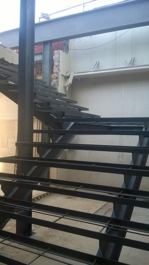 Escalera metalica va de escape a travs de escalera for Imagenes de escaleras metalicas