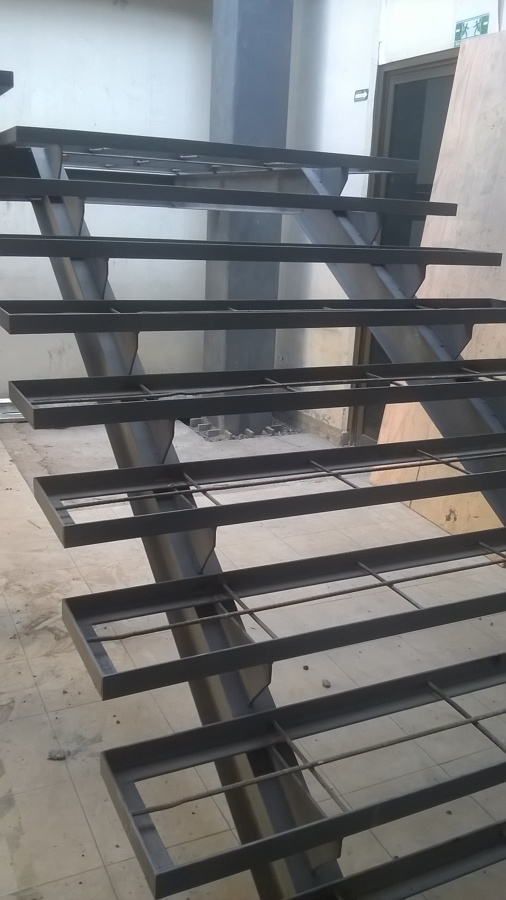 Foto escalera metalica de zaga acabados de interiores y for Escalera metalica en l