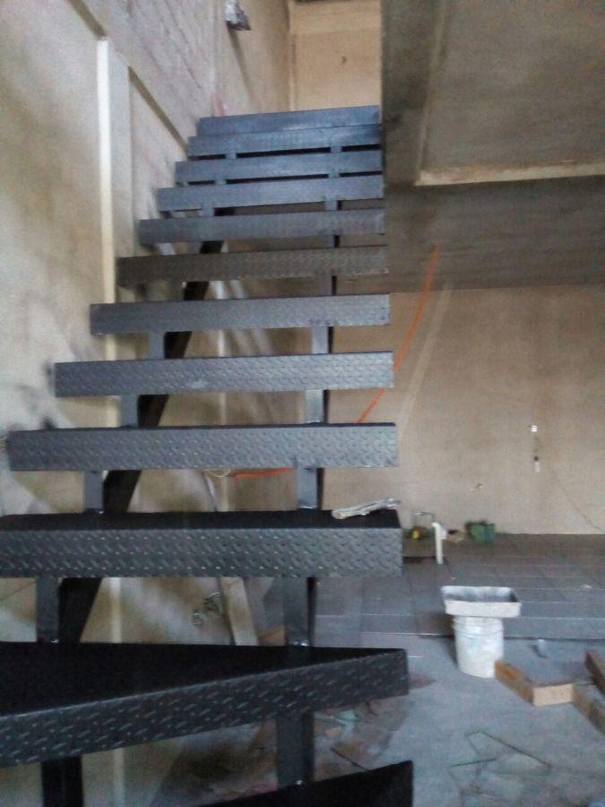 Foto escalera metalica de punto gris 279011 habitissimo for Calculo escalera metalica
