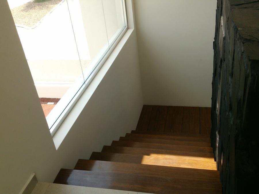 Escalera principal con huellas de madera