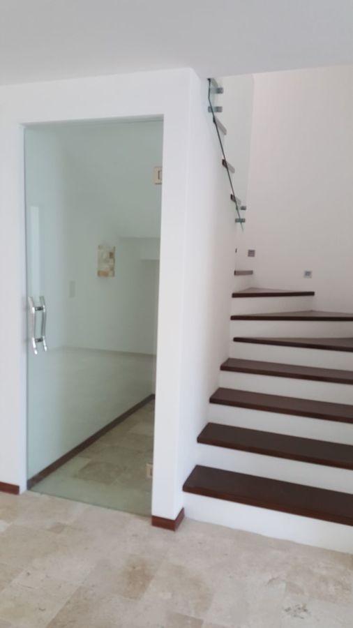 Foto escalera y cava de vinos de katara 250407 habitissimo for Cava bajo escalera