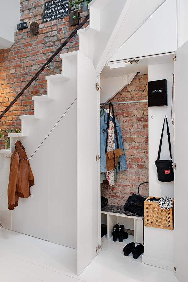 Clóset pequeño bajo la escalera
